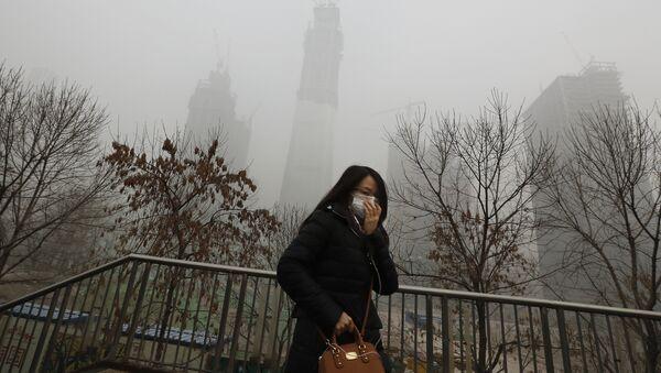 Жена носи маску како би се заштитила од загађења у Пекингу - Sputnik Србија