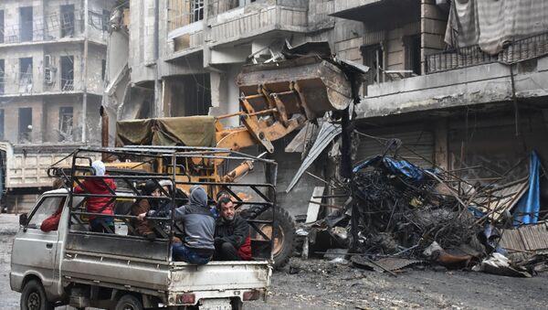 Civili prolaze pored ruševina u Alepu - Sputnik Srbija