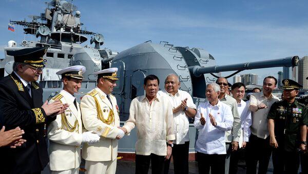 Председник Филипина Родриго Дутерте током посете руском разарачу Адмирал Трибуц у Манили - Sputnik Србија