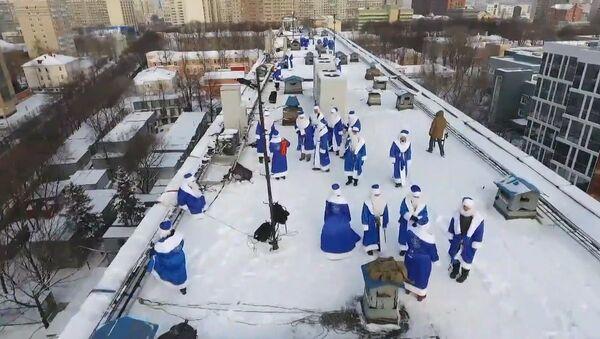 Deda Mraz sa krova: čestitke bolesnoj deci u jednoj od moskovskih bolnica - Sputnik Srbija
