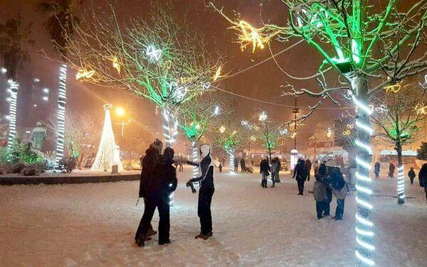 Бар какв нисте иамли прилике често да видете. Центар града прекирвен снегом. - Sputnik Србија