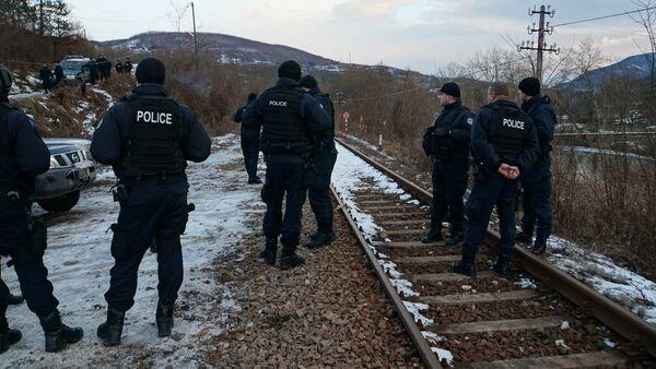 Припадници полиције чекају долазак воза у Јарињу - архивска фотографија - Sputnik Србија
