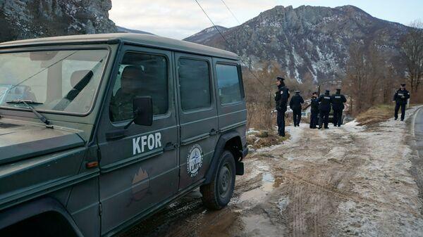 Припадници полиције чекају пролазак воза у Јарињу - Sputnik Србија