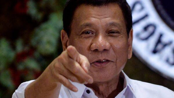Predsednik Filipina Rodrigo Duterte upire prstom u fotografe na ceremoniji za istaknute radnike vlade u Manili - Sputnik Srbija