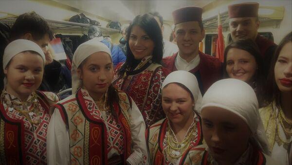 Radosna lica najmlađih putnika - Sputnik Srbija