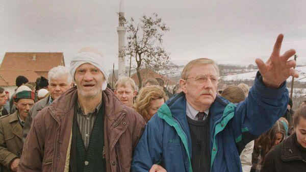 Vilijam Voker na sahrani Albanaca u selu Račak u februaru 1999. - Sputnik Srbija