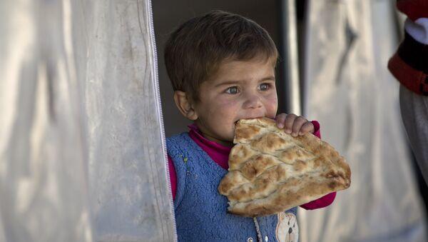 Dete sa hlebom - Sputnik Srbija