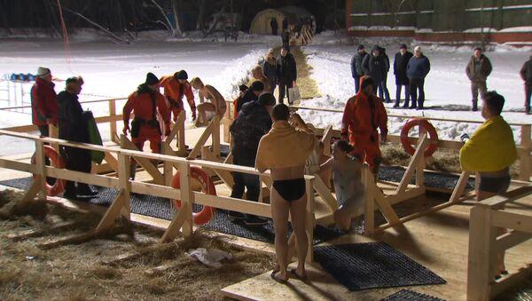 Pravoslavni hrišćani se kupali u moskovskim parkovima na dan Bogojavljenja - Sputnik Srbija
