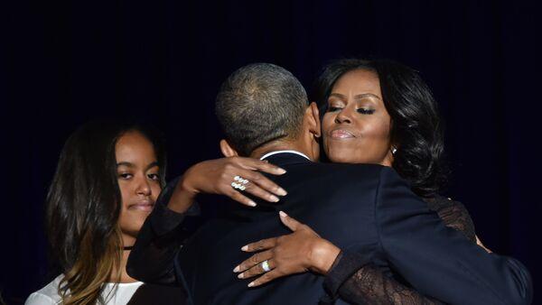 Барак и Мишел Обама се грле порд ћерке - Sputnik Србија