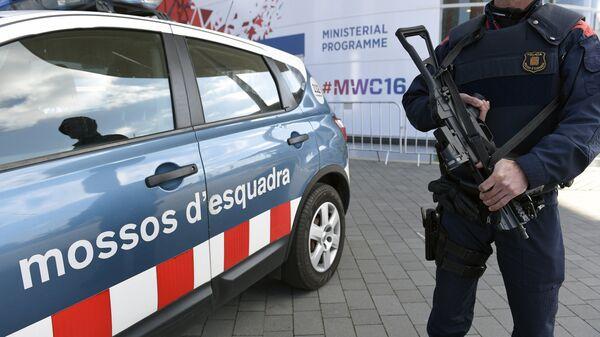 Pripadnik katalonske policije ispred kongresne zgrade Mobilnog sveta u Barseloni - Sputnik Srbija