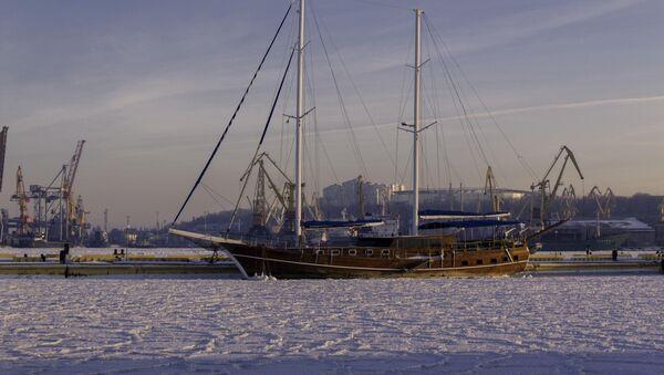 Брод окован ледом у луци у Одеси - Sputnik Србија