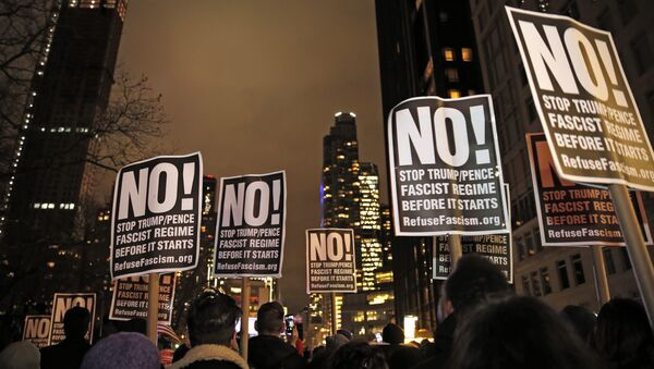 Демонстранти носе транспаренте на протесту против Доналда Трампа у Њујорку - Sputnik Србија