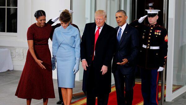 Melanija Tramp sa suprugom  Donaldom i Barakom Obamom na inaoguraciji u Vašingtonu - Sputnik Srbija