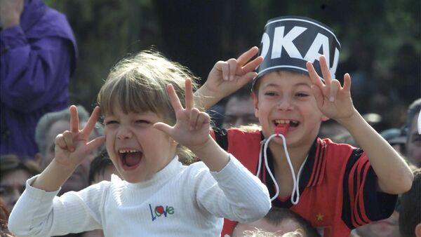 Родитељи са децом 6. октобра на слављу после пада Слободана Милошевића 2000. године. - Sputnik Србија