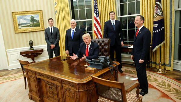 Председник САД Доналд Трамп са члановима свог кабинета у Овалној соби Беле куће - Sputnik Србија