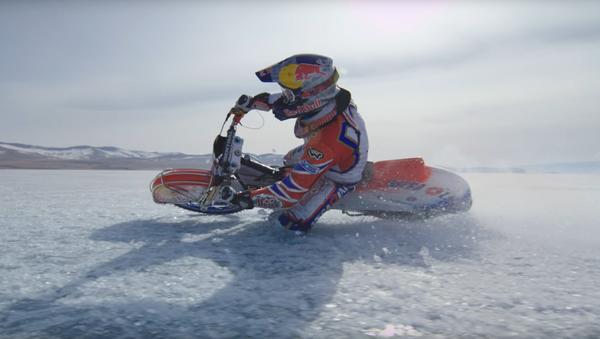Мотоциклиста Данли Иванов на Бајкалском језеру - Sputnik Србија