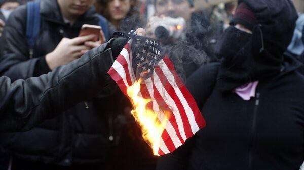 Паљење америчке заставе на протесту против Доналда Трампа у Портланду. - Sputnik Србија