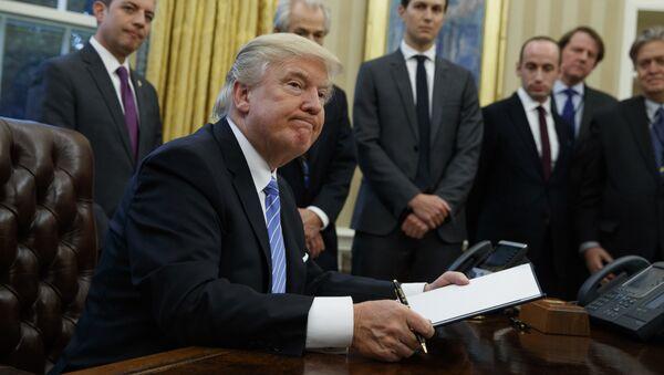 Predsednik SAD Donald Tramp potpisuje ukaze u Ovalnoj sobi Bele kuće u Vašingtonu - Sputnik Srbija