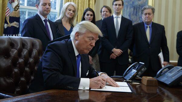 Председник САД Доналд Трамп потписује указе у Овалној соби Беле куће у Вашингтону - Sputnik Србија