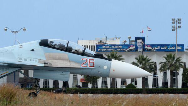 Руски авион Су-30 на писти ваздухопловне базе Хмејмим у Сирији - Sputnik Србија