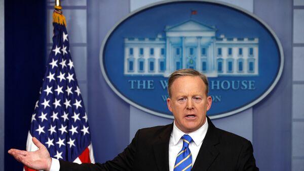 Portparol Bele kuće Šon Spajser na konferenciji za medije u Beloj kući u Vašingtonu - Sputnik Srbija