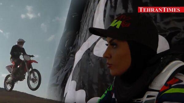 Iranka koja vozi motor - Sputnik Srbija