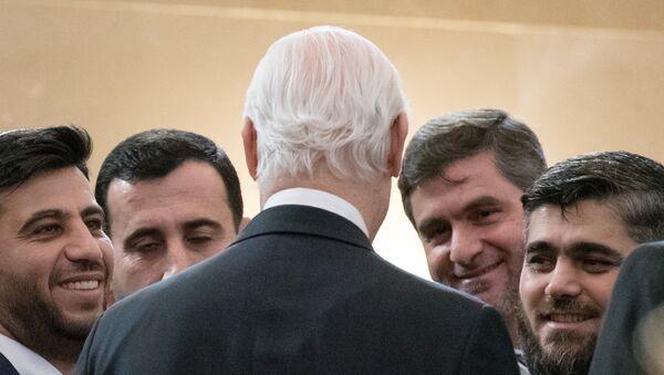Specijalni izaslanik UN za Siriju Stafan de Mistura (u sredini), šef sirijske opozicione delegacije Aloush Muhamed (desno) pre početka međunarodne konferencije o sirijskom naselju u Astani. - Sputnik Srbija