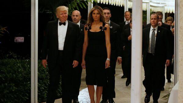 Predsednik SAD Donald Tramp sa suprugom Melanijom Tramp na dočeku Nove godine u Palm Biču na Floridi - Sputnik Srbija