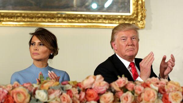 Predsednik SAD Donald Tramp sa suprugom Melanijom Tramp na inauguracionom ručku u Vašingtonu - Sputnik Srbija