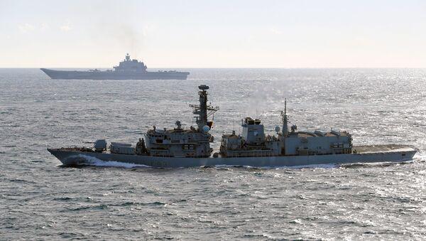 Britanski brod St Albans (front) prati Petra velikog i Admirala Kuznjecova u La Manšu - Sputnik Srbija
