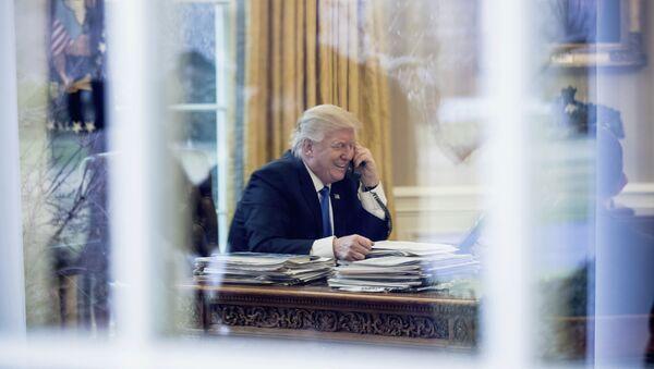 Predsednik SAD Donald Tramp u Ovalnoj sobi razgovara sa nemačkom kancelarkom Angelom Merkel - Sputnik Srbija