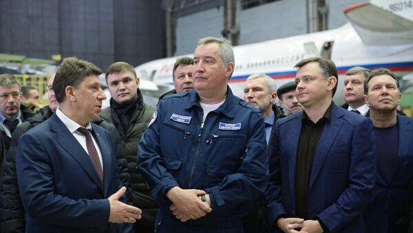 Потпредседник Владе Русије Дмитриј Рогозин током посете Вороњешкој фабрици летелица - Sputnik Србија