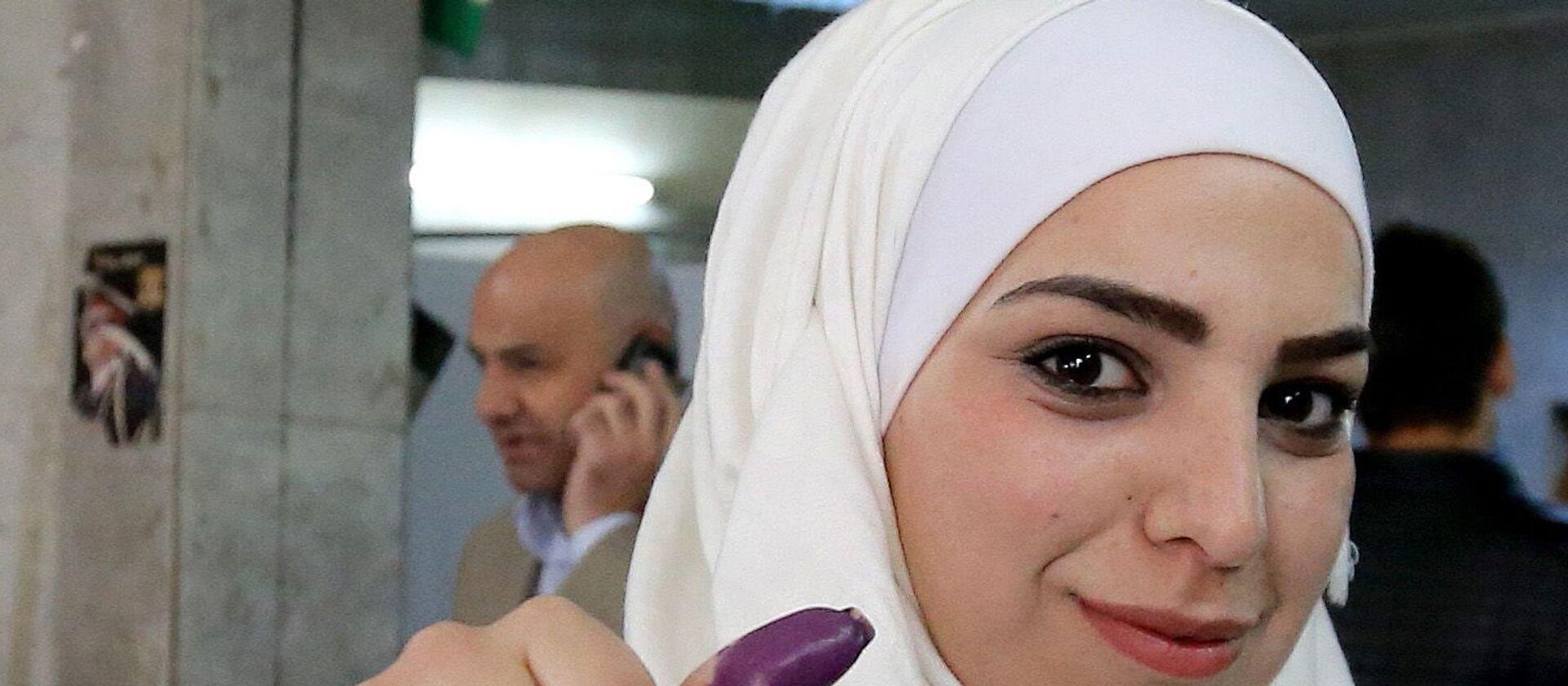 Državljanka Sirije glasa na parlamentarnim izborima - Sputnik Srbija, 1920, 18.04.2021