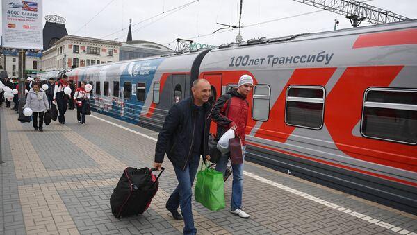 Путници улазе у воз на релацији Москва-Владивосток - Sputnik Србија
