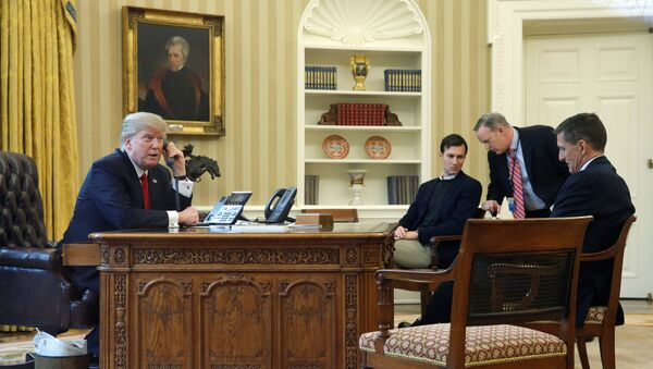Predsednik SAD Donald Tramp tokom telefonskog razgovora sa saudijskim kraljem Salmanom - Sputnik Srbija