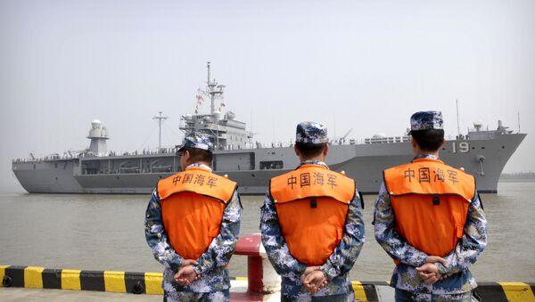 Припадници морнарице кинеске Народноослободилачке армије посматрају амерички разарач Блу Риџ у луци у Шангају - Sputnik Србија