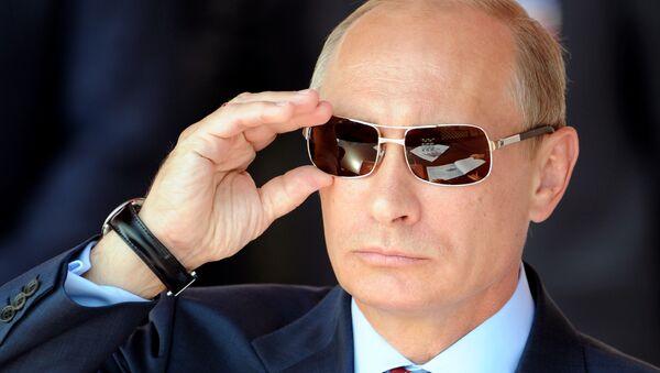 Председник Русије Владимир Путин намешта наочаре током аеро-митинга у Москви - Sputnik Србија
