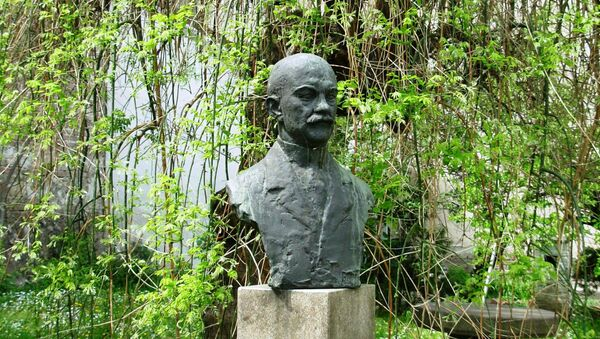 Споменик у дворишту куће у којој је живео Јован Цвијић - Sputnik Србија