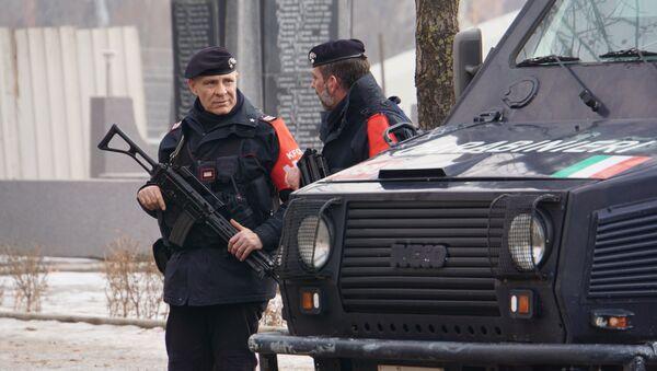 Припадници КФОР-а стоје поред возила у Косовској Митровици - Sputnik Србија
