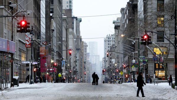 Пролазници шетају Петом авенијом у Њујорку након јаке мећаве - Sputnik Србија