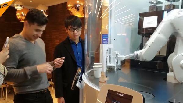 Robot poslužuje kafu - Sputnik Srbija