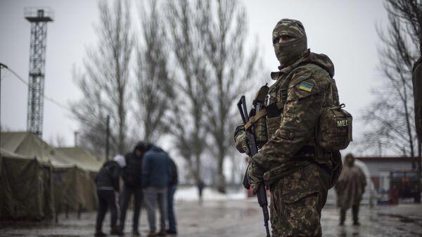 Ukrajinski vojnik patrolira u humanitarnom centru u Avdejevki. - Sputnik Srbija
