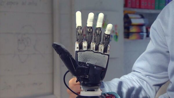 Ruski inženjer prikazao svoj izum-bioničku protezu za ruku - Sputnik Srbija