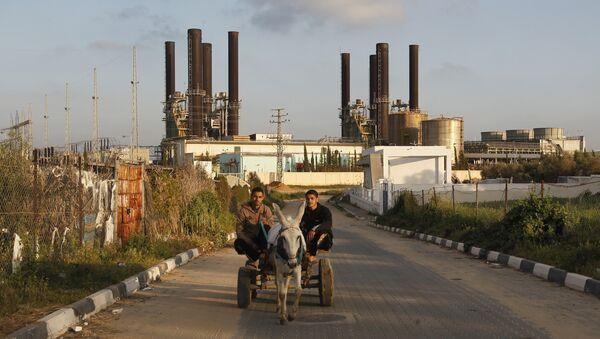 Палестинци на приколици коју вуче магарац у Појасу Газе - Sputnik Србија