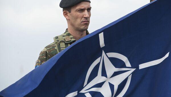 Vojnik Kfora i NATO zastava u Prištini - Sputnik Srbija