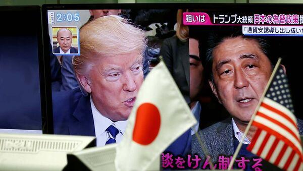Predsednik SAD Donald Tramp i japanski premijer Šinzo Abe - Sputnik Srbija