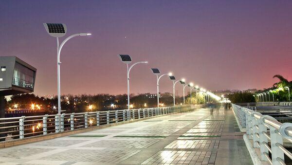 Соларни панели и кинетичке плоче производе енергију сваки пут када неко згази на њих. - Sputnik Србија