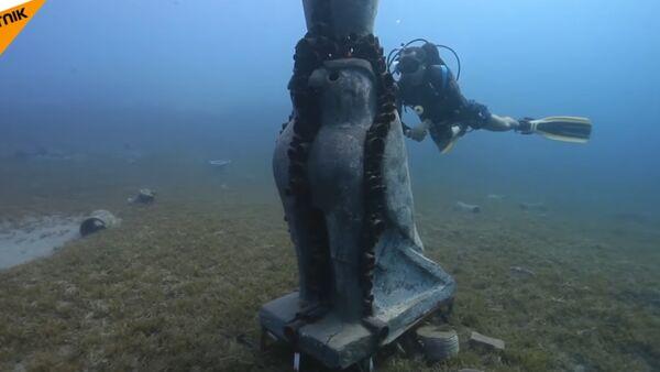 Ронилац поред скулптуре у Црвеном мору - Sputnik Србија