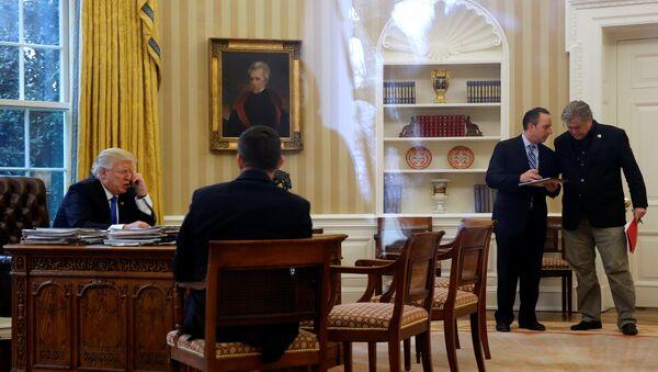 Predsednik SAD Donald Tramp tokom telefonskog razgovora sa nemačkom kancelarkom Angelom Merkel u Ovalnoj sobi Bele kuće u Vašingtonu - Sputnik Srbija