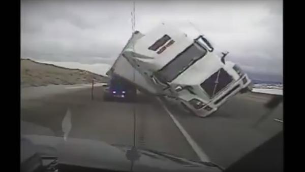 Камион поклопио полицијско возило - Sputnik Србија